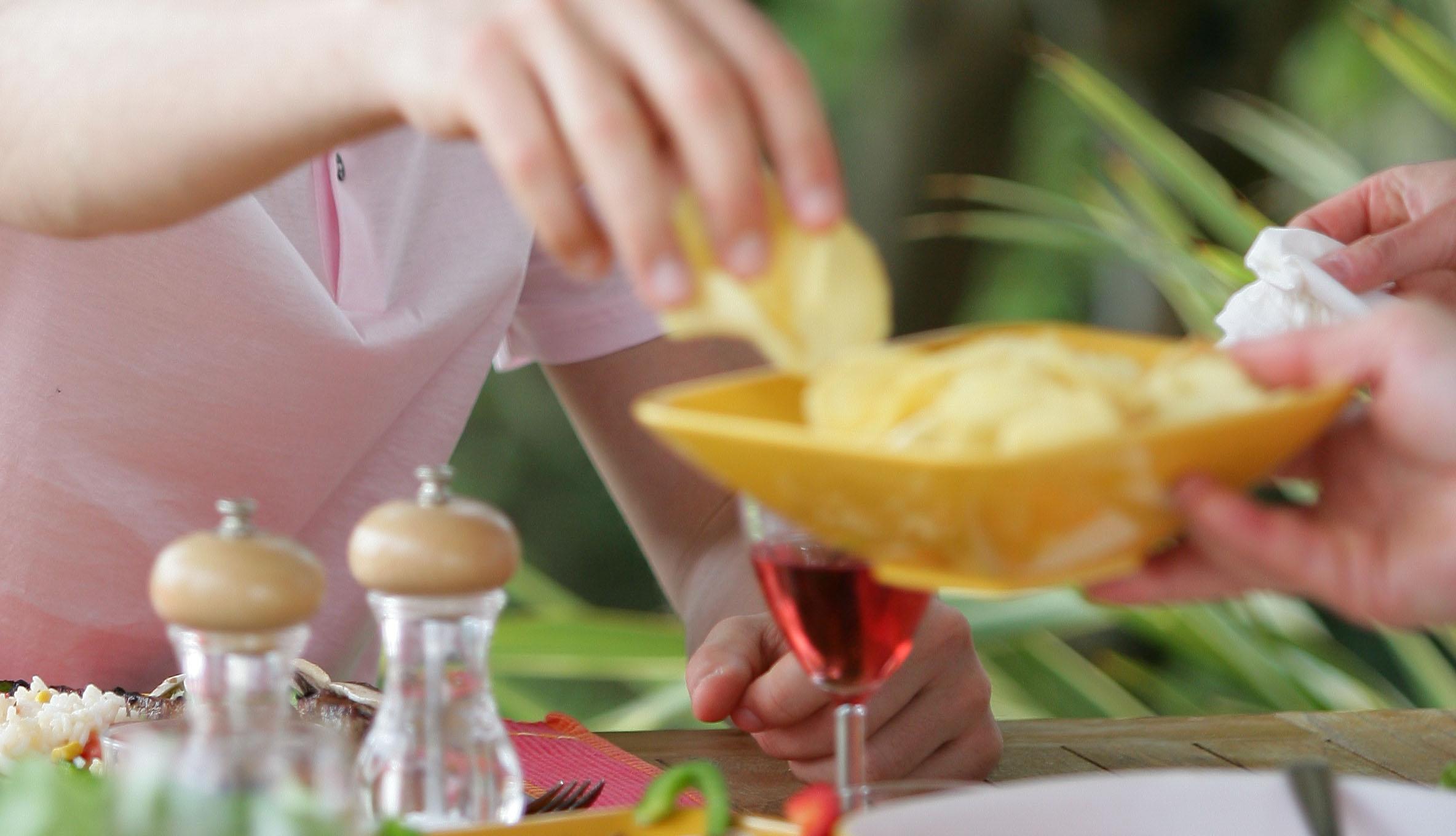 I vilken ljudmiljö smakar chips bäst? Bilden visar en hand som greppar ett chips ur en skål.
