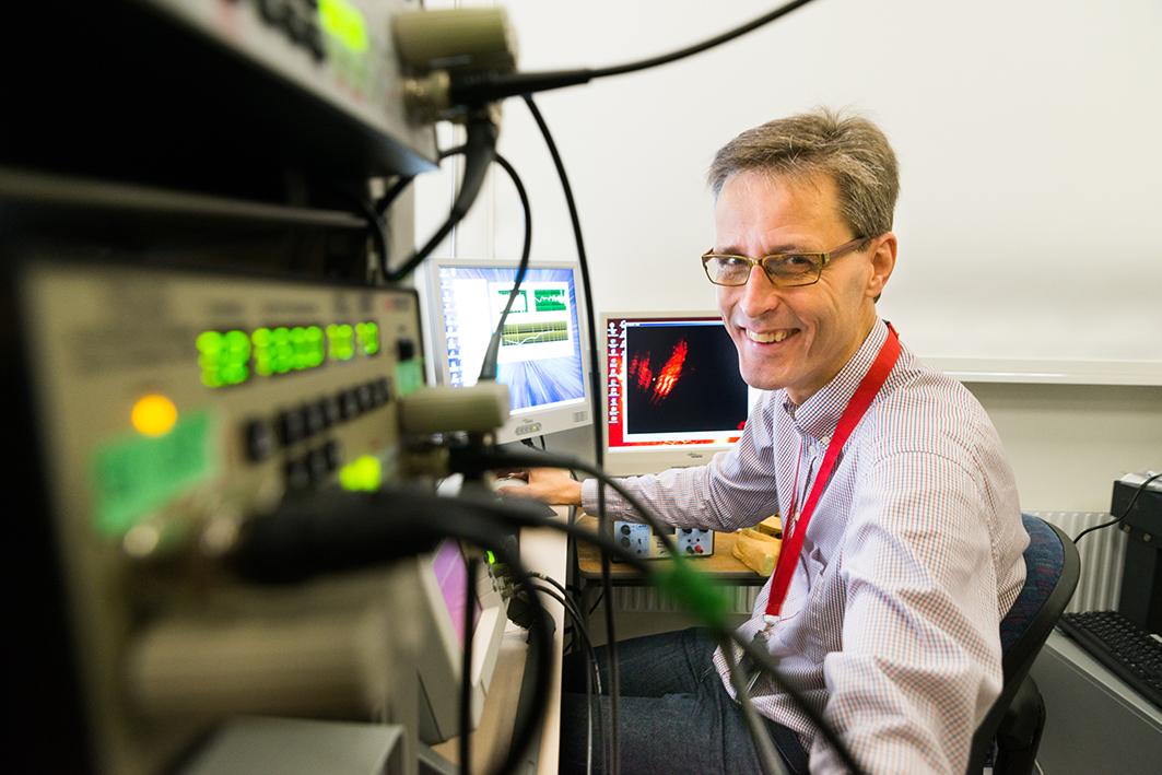 Professor Anders Fridberger. Apparaten som lyser grönt används när man mäter ljud¬orsakade vibrationer från innerörats celler.