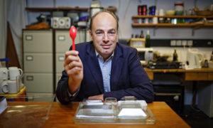 Charles Spence, professor i experimentell psykologi sitter vid ett matbord och håller en sked.