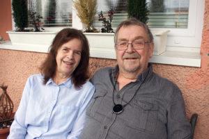 Yvonne Poulsen och Hans Moberg har flera knep för att underlätta kommunikationen.